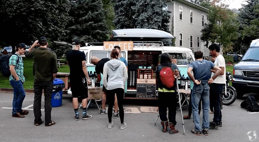 バンでコーヒーの移動販売