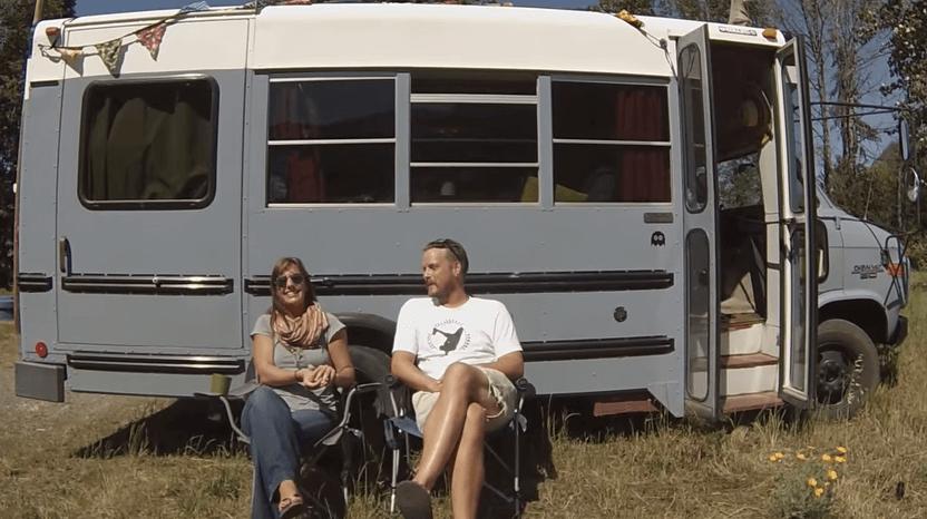 バスで暮らすカップル