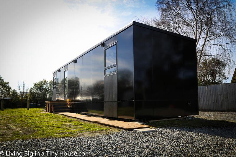 クールな黒のタイニーハウス