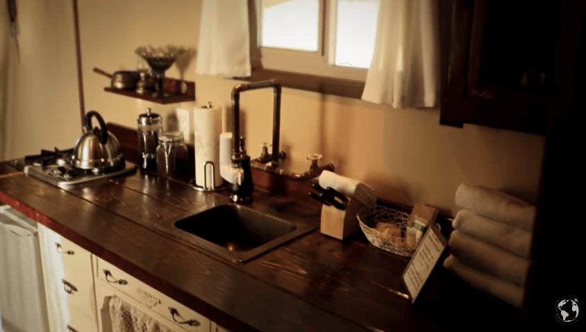 オフグリッドなタイニーハウスに子供と住む家族