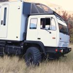 軍用トラックで生活する2人