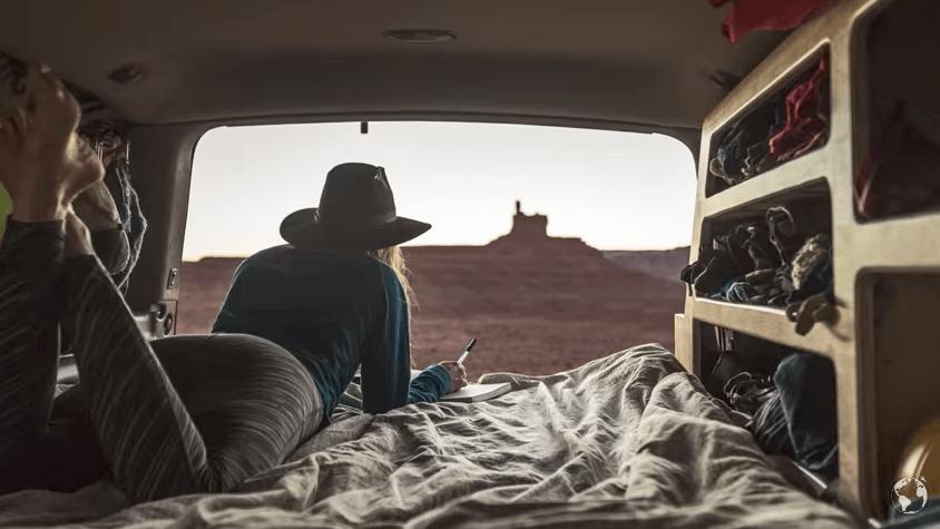 バンで旅しながら生活する女性フォトグラファー