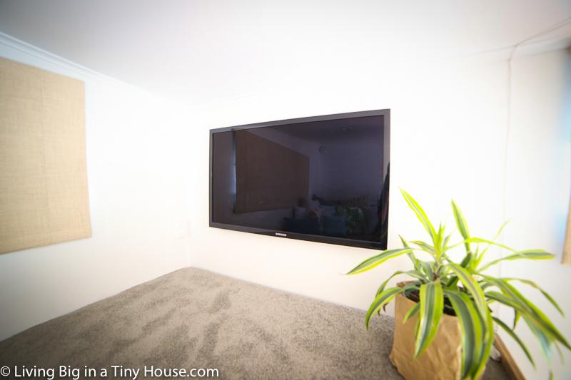 大きなテレビのリビング