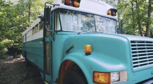 9,000ドルから始めった小さなバスでのシンプルライフ
