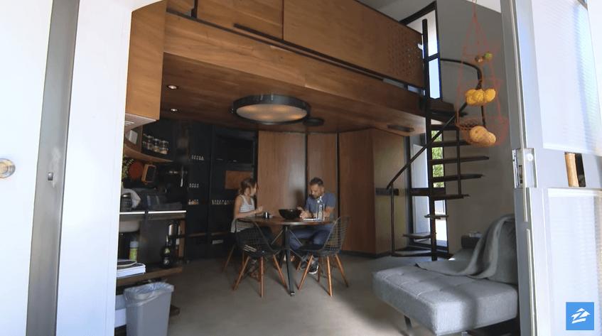 円形の家で生活するカップル