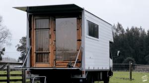 「今の生活は本質的に幸せ」トラックの中に住むカップルのストーリー