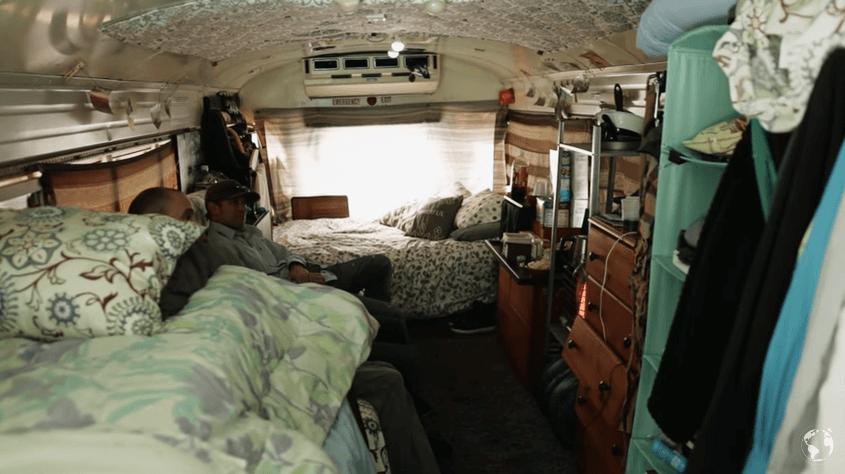 スクールバスを改修して生活する男性
