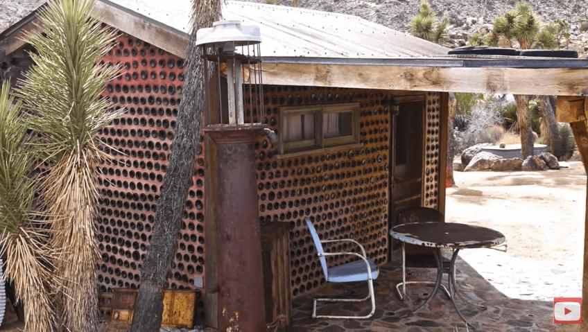 ワインボトルを使って建てられたタイニーハウス