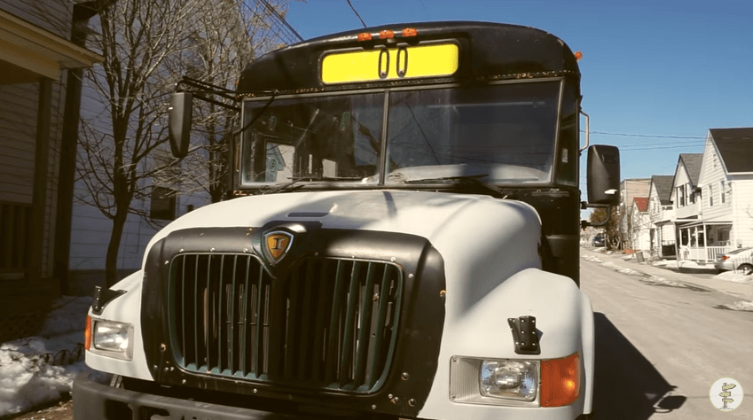 廃棄された野菜のオイルを燃料にするスクールバス