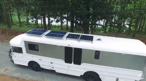 「一から学びながら作る」3万ドルで改修したオフグリッドのスクールバスに暮らす家族
