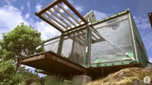 山の上のコンテナハウス。オフグリッドならこんな住まいも可能になる。
