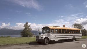 同じスクールバスに暮らしながら旅する2組のカップル