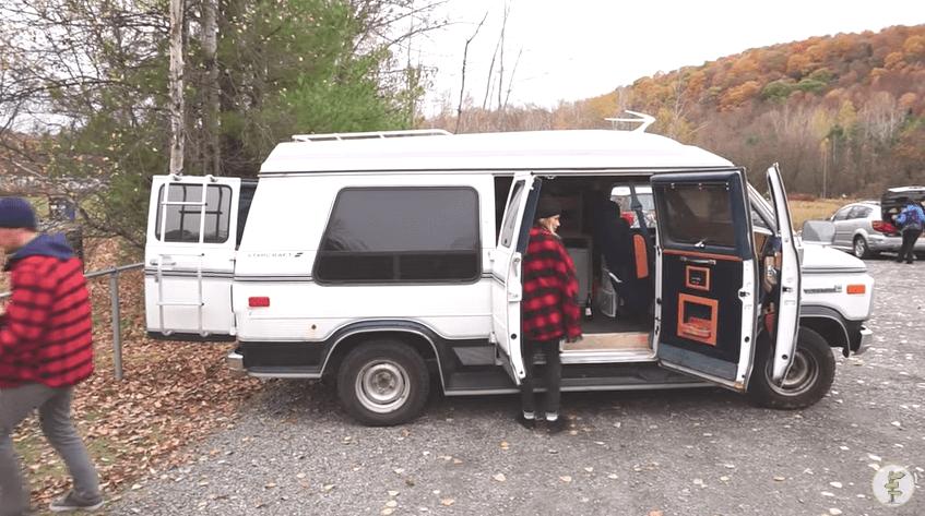 旅をしながら自由な生き方を追求するカップル