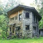 木の家で暮らす男性