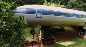 飛行機(ボーイング727)に暮らす男性。「貴重な資源が廃棄されるのは悲しい」