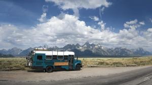 「前と同じ生活には戻りたくない」中古のバスで暮らす家族