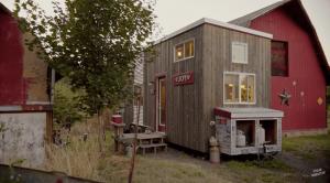 「スポンサーを募って家を建てる」タイニーハウスを自作したシングルマザー