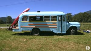 「人生を慎重にいきすぎた」バスを4500ドルで購入・改装した若者