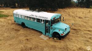 「息子の人格形成に必ず役に立つ」フォトグラファーをしながらスクールバスで暮らす家族