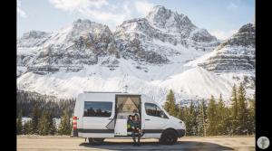 DIYバンでチャイを売るビジネスをしながらカナダを旅するカップル