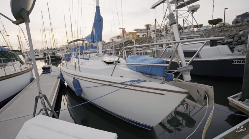 ヨットで暮らす老夫婦