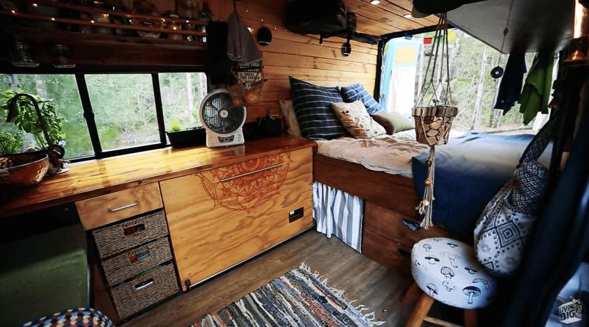DIYバンで旅するカップル