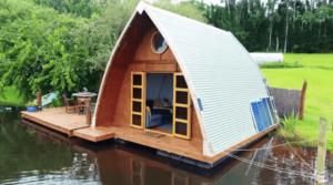「完全な自給自足のオフグリッド生活を作る」水上のタイニーハウスで暮らす夫婦