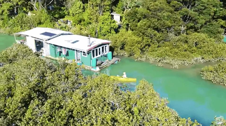 オフグリッドの水上ボートハウス
