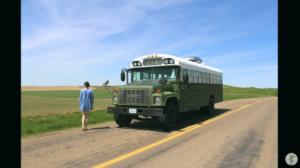 「大きな自由を手にできた」再利用材で改装したスクールバスで旅するカップル
