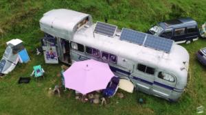 「自然との繋がりを感じる」約22万円で改装したオフグリッドのバスで生活する男性