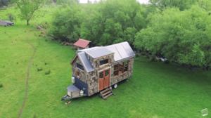 「自分で家を作る達成感」廃材を再利用して作ったオフグリッドタイニーハウス