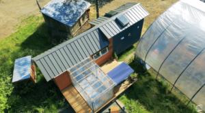 「一般的な家の家賃は高額」約800万円で温室付きのタイニーハウスを作った女性