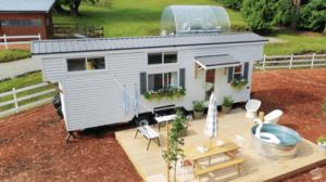 「愛を育むには小さな家が一番」庭に遊具のあるタイニーハウスで暮らす家族