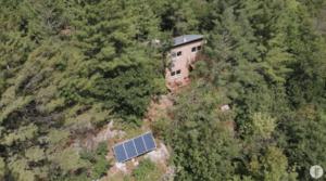 費用約530万円で山の上にオフグリッドのタイニーハウスを作った男性