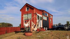 「部屋のスペースを埋めるために物を買っていた」約860万円のサウナ付きタイニーハウスに暮らすカップル