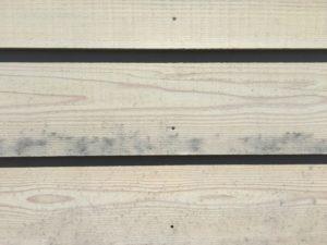 木の外壁の黒いシミ汚れは鉄汚染かもしれない