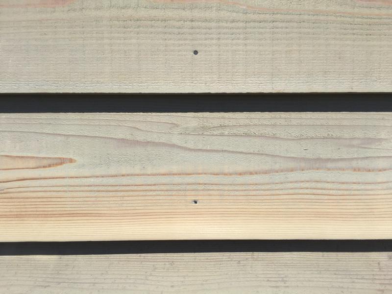 下見張りの外壁のカビを磨く