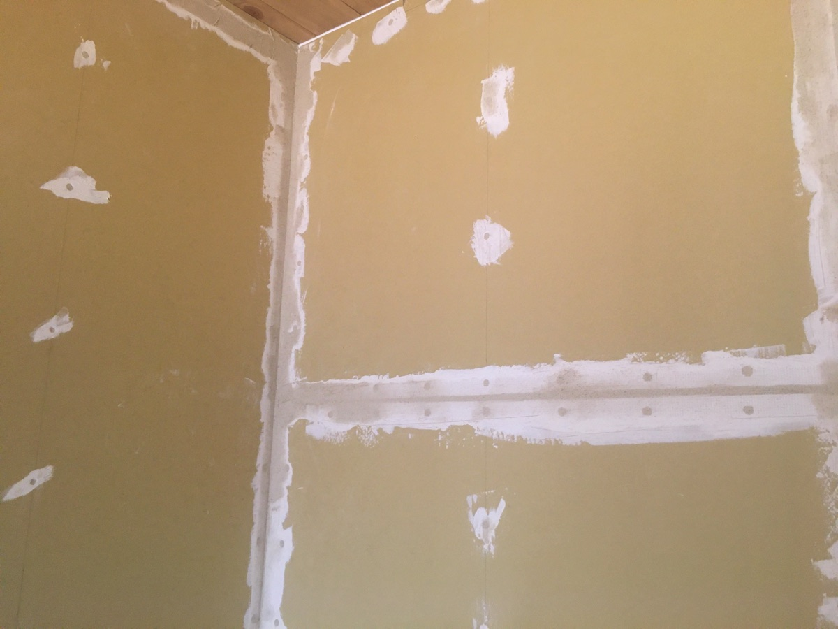 石膏ボードパテ下塗り